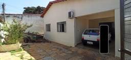 Casa à venda c/ Barracão - Setor Centro Oeste - a 100m da Av. Bernardo Sayão
