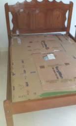 cama de madeira decorada