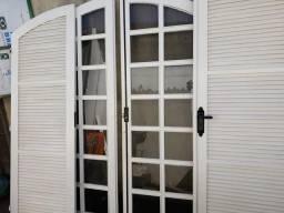 Janelas porta porta grande e grades