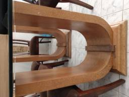 Mesa de vidro, pés de madeira. Cadeiras alcochoadas, perfeitas