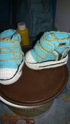 Vendo esses dois tênis feito de croché
