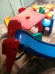 Mesa + brinquedos