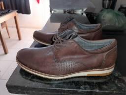 Sapato de couro legítimo semi-novo.