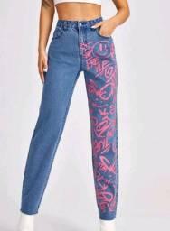 Calça mom jeans grafitada