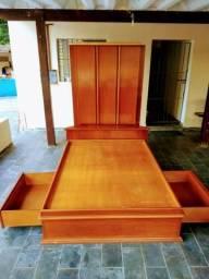 Cama de madeira massissa com gavetas e armários