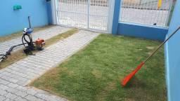 Corte de grama e limpeza de jardim.