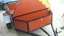 Reboque para carga com caixa auxiliar