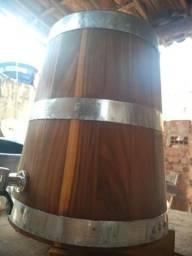 Barril de madeira artesanal próprio para envelhecimento de cachaça e destilados
