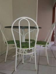 Vendo usada mesa com 4 cadeiras