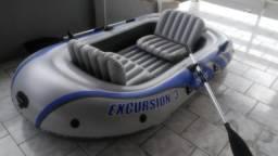 Bote inflável com remos
