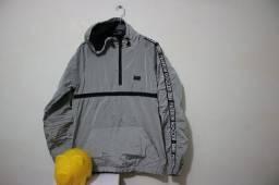 Blusa corta vento com capuz marca Buh cor cinza brilhante tamanho P
