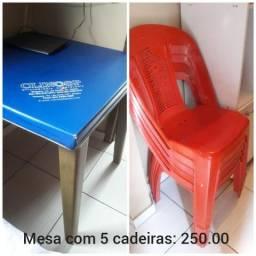 Mesa de plástico com 5 cadeiras cor vermelha em ótimo estado
