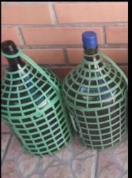 Vendo 4 garrafão de vidro e 1 caixa de garrafas 600ml