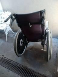 Cadeira de rodas seme nova 680 reais.