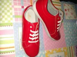 Sapatos infantis semi novos.