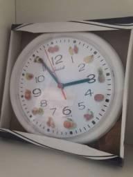 Relógio de parede redondo.