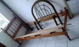 Cama de solteiro em madeira de pinos