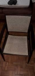 Vendo 2 cadeiras e uma mesa de centro.
