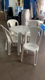 Título do anúncio: Vende se jogos de mesas e cadeiras plástica novo