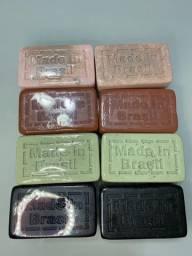 Kit com 4 sabonetes glicerinados de argila e carvão ativado