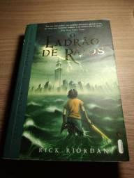 Livro Percy Jackson - O ladrão de raios de Rick Riordan