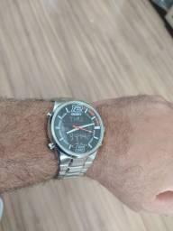 Relógio semi-novo na caixa