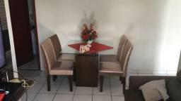Mesa de jantar com tampo de vidro e cadeiras