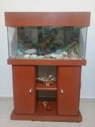 Móvel de madeira com aquário embutido