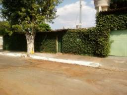 Casa com 2q e barracão de esquina