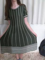 Vestido detalhado verde com detalhes brancos