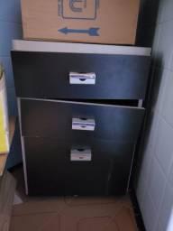 Arquivo baixo com três gavetas