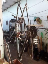 Quadro de bicicleta verde escuro com guidão Prateado mesa vermelha