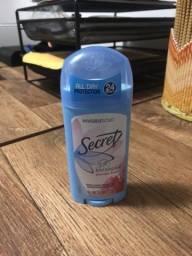 Desodorante secrect e creme hidratante