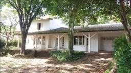 Casa com/res** 440m2 privativos, 01 quadra de distância do rio.