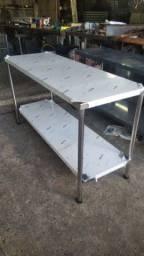 Mesa Lisa em aço inox  Med:1,70x0,60x0,90 com prateleira inferior.
