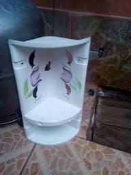 Dois canto de banheiro um de vidro duas prateleiras outra de plástico