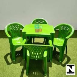 Conjunto de Mesa com Cadeiras Tipo Poltrona Samila