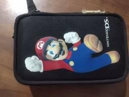 Nintendo DSi, com capinha, canetinha, e 3 jogos