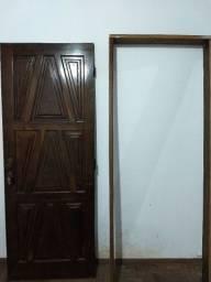 Porta em madeira maciça com batente e fechadura