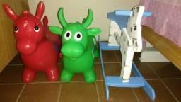 Cavalinho de madeira e cavalinho e vaquinha