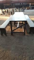 Mesa com dois bancos