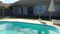 Excelente casa com piscina uma quadra do mar!!