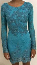 Vestido tubinho de renda com detalhes bordados