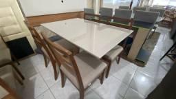 Mesa quatro de madeira e acabamento laka