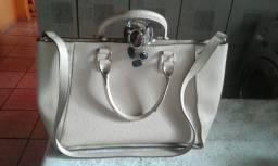 Uma bolsa de couro