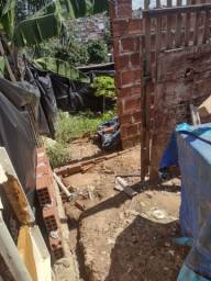 Terreno com casa sendo construida