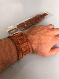 Duas pulseiras em couro legítimo