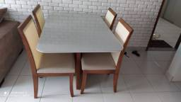 Mesa de madeira maciça quatro lugares