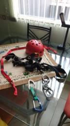 cadeirinha mosquetão oito capacete fita corda agarras