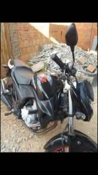 Vendo essa linda moto CB 300 Ano 2010 Valor 6.500 Moto em dias  Recibo na mão